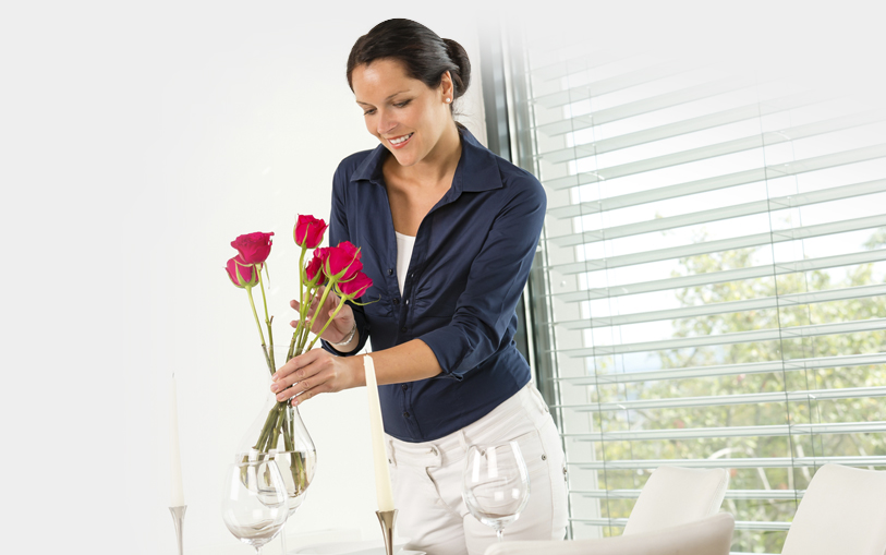 A women arranging roses on a table